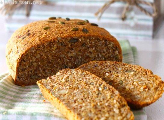 Nybakt brød med frø og kjerner | Elin LarsenElin Larsen