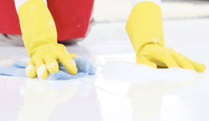 Pulire i pavimenti di marmo non sarà più una missione impossibile grazie a questo detersivo fai da te. Dite addio a macchie e aloni, il vostro pavimento brillerà! Mantenere pulito un pavimento di marmo o granito non è certo cosa semplice ed ancora più difficile mantenere la sua caratteristica lucentezza. Se non volete smettere di specchiarvi  … Continued