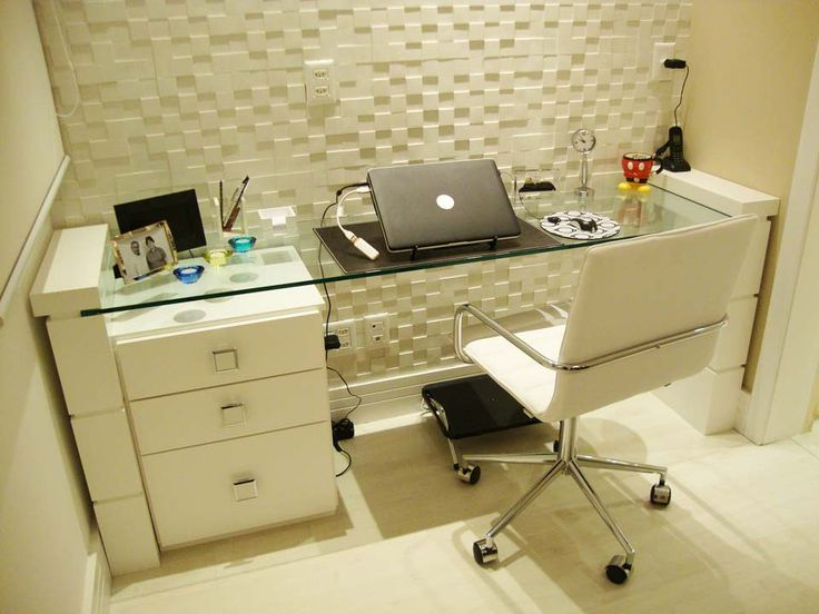 (How would I do the table legs. I mean, we can get the drawers from ikea. Maybe we do as a glass shelf and ad the leg as cosmectic decoration. nice idea this office) Apartamentos pequenos: 320 projetos de profissionais de CasaPRO - Casa