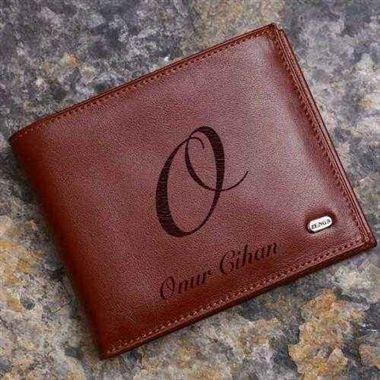 Erkeğe yılbaşı hediyesi : Zenga marka gerçek deri cüzdan, kişiye özel isim yazılı. Siyah, taba, koyu kahverengi renklerde İsim yazılabilen deri cüzdan kapıdan ödemeli olarak almak isteyenler için : http://www.hediyepaketim.com/?urun-9-kisiye-ozel-isim-yazili-deri-cuzdan