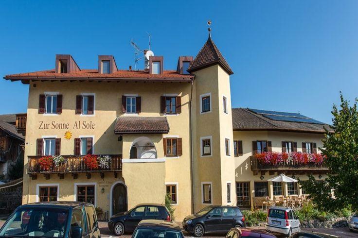 Im Gasthof zur Sonne im idyllisch gelegenen Bergdorf Lajen heißt Sie Familie Fischnaller herzlich zu einem erholsamen Urlaub in den Dolomiten willkommen. Mehr auf www.travelina.ch