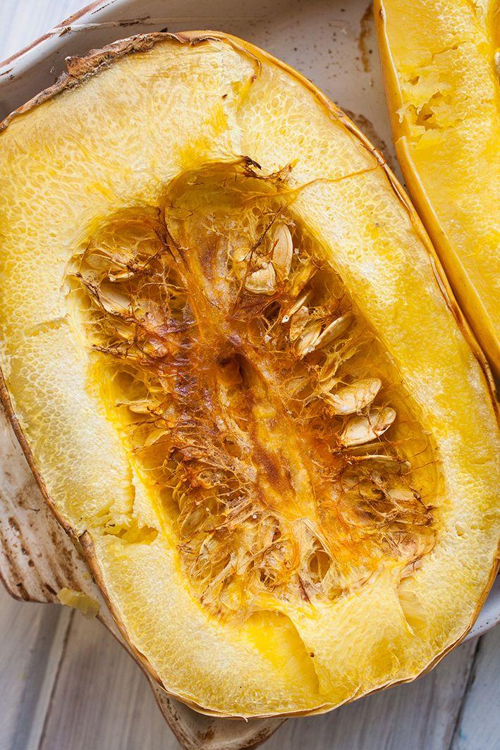 Wegan Nerd - Kuchnia roślinna : DYNIA MAKARONOWA Z BRUKSELKĄ I PRAŻONYMI PESTKAMI DYNI I MIGDAŁAMI