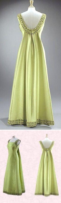 Это платье Елизавета II надевала во время визита в Эфиопию в 1965 г. Дизайнер - Норман Хартнелл, конечно же.