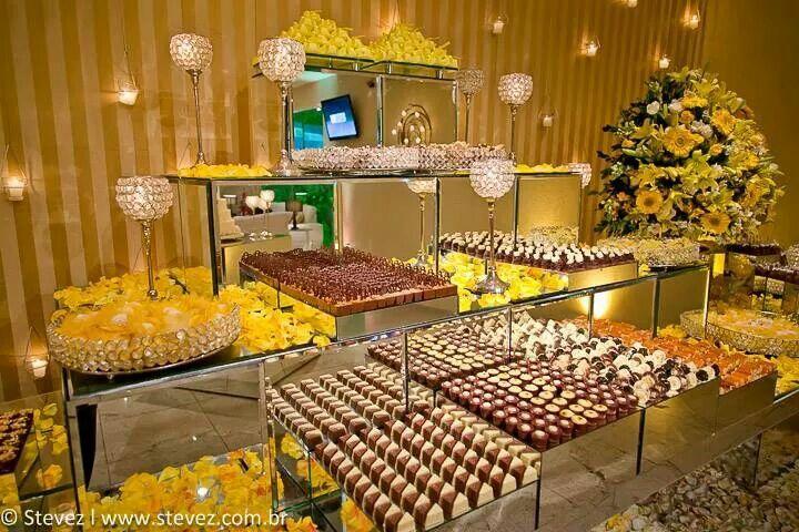 Mesa de bolo com níveis tipo piramide. Decoração amarela.