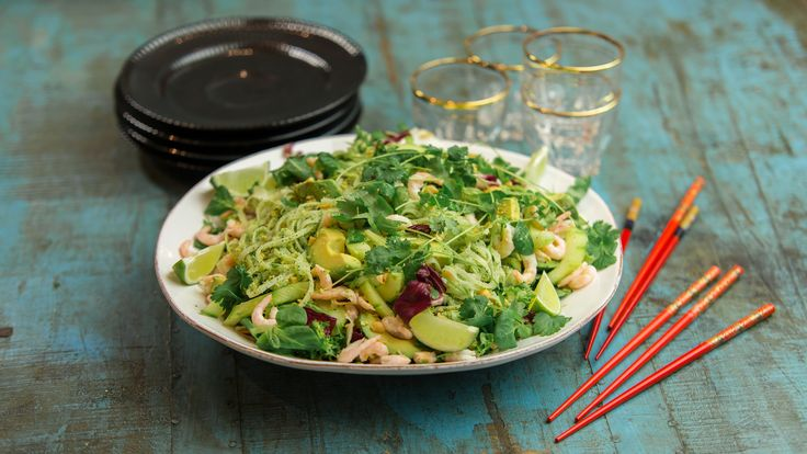 Mixa den här peston, och bara njut som typ Ernst. Den är perfekt till pasta eller en härlig nudelsallad med räkor.