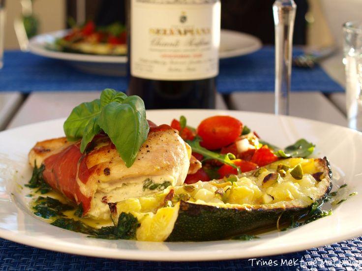 For anledningen er kyllingbrystet fylt med ostekrem tilsatt soltørkede tomater og antrukket med en nydelig parmaskinke. I følge med bakt squash, en fargerik tomatsalat og perfekt pasta, ble det en …