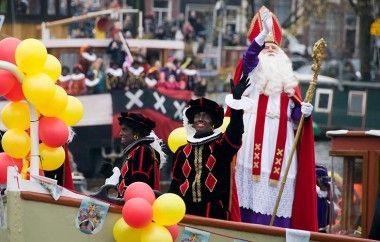 Hij komt, de lieve goede Sint! Op zondag 16 november zal Sinterklaas met zijn pieten per stoomboot via de Amstel de stad binnenvaren om onze burgemeester een warm welkom te heten bij het Scheepvaartmuseum. Onze 2,5 uur durende boottocht staat volledig in het teken van Sinterklaas #sinterklaas #amsterdam #rondvaart #canal #rederij