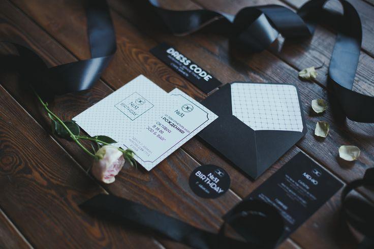 Черный и белый — излюбленное сочетание многих мировых дизайнеров, самый яркий цветовой контраст, который великолепно смотрится как в повседневной жизни, так и в праздничной обстановке.  Декор мероприятия в таком сочетании — соединение противоположностей, отражение строгости, сдержанности, великолепного чувства вкуса.  Лаконичный дизайн и безупречный стиль — вот что такое свадьба в черно-белой гамме.
