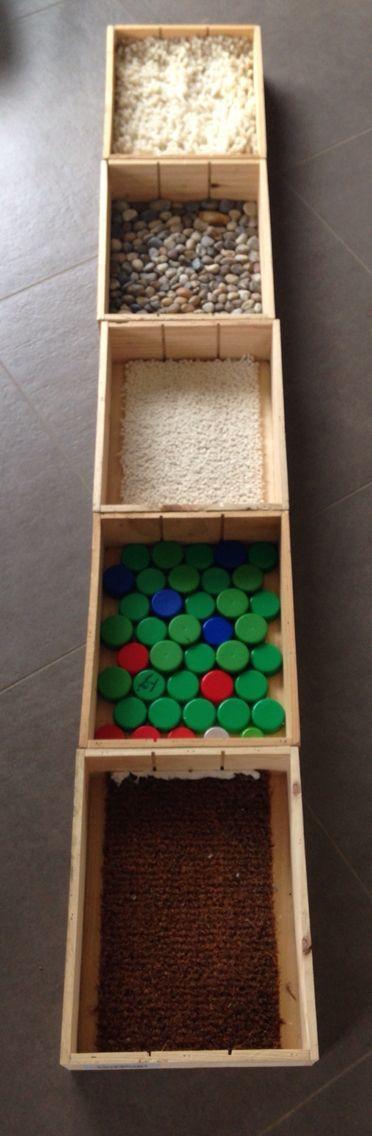 Blotevoetenpad: in wijnkistjes gemaakt: keien, takjes, matten, doppen en…