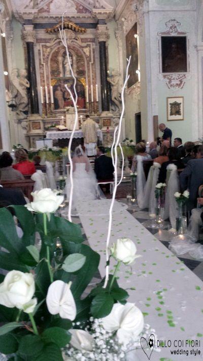 Lerici chiesa S.Rocco la navata durante matrimonio allestita in tema bianco e verde