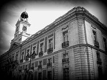 """""""Siguieron al carretón vacío a través de la plaza de la Puerta del Sol [...] Caridad vio a los aguadores, asturianos todos ellos, reunidos alrededor de la fuente a la que llamaban la Mariblanca, con sus cántaros dispuestos para transportar el agua allí donde los requirieran."""" De Ildefonso Falcones, """"La reina descalza"""""""