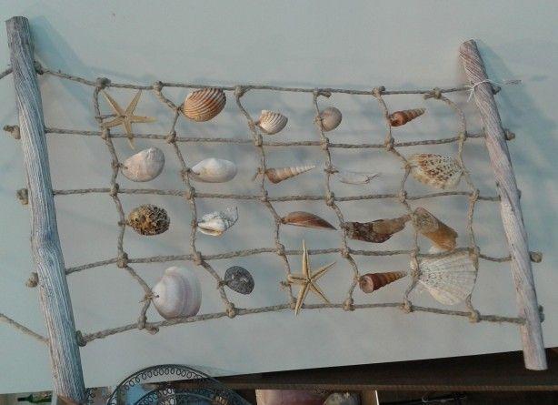 Met grof touw, schelpen en twee houten stokken een schelpennet maken.