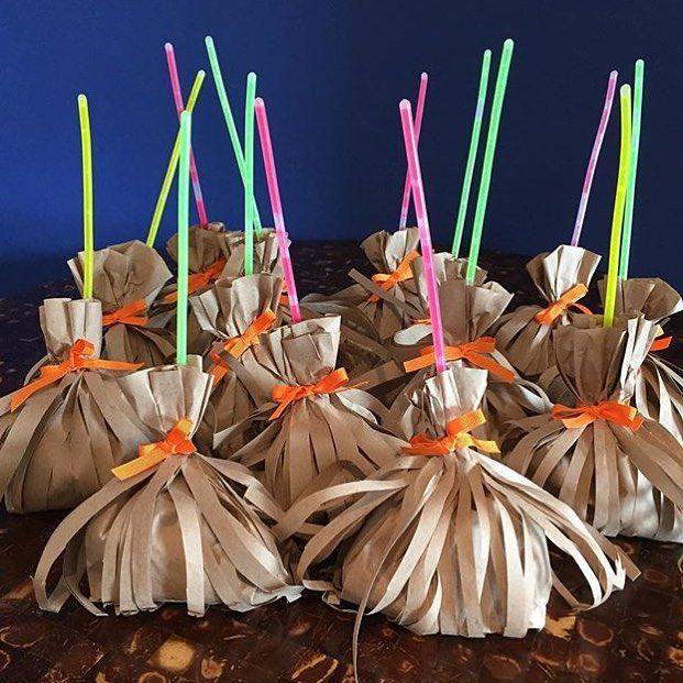 By @anapaulalimafestas ! #vassourinha #mimo #lembrancinha #guloseimas #diadasbruxas #halloween #happyhalloween #festatematica #instaparty #doces #criações #festainfantil #designer #decoradora  #decoração