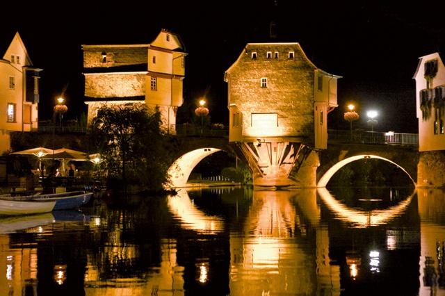 Ein ganz besonderer Ausblick: Die Brückenhäuser von Bad Kreuznach bei Nacht. Das ist auf jeden Fall einen Besuch wert! Weitere Informationen über Bad Kreuznach und die Region um die Nahe finden sie unter www.jewels24-news.de. #badkreuznach #brückenhäuser