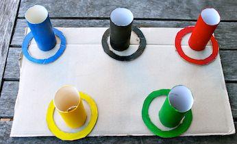 Divertido juego de meter el aro por el palo, pintado con distintos colores y…