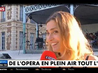 Quand Julie Gayet chante un air d'opéra en pleine interview à la télévision (vidéo)