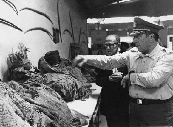 El General Pinochet Ugarte viendo las momias del Norte del país.