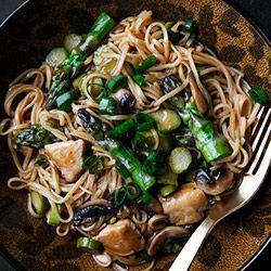 Chow mein z kurczakiem i szparagami - Przepis
