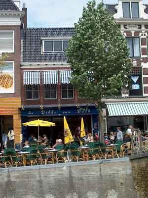 Gezellig een biertje of wijntje drinken bij Grand Cafe Dikke van Leeuwarden Leeuwarden