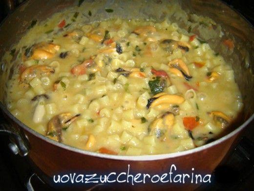 La pasta e fagioli con le cozze è un corposo primo piatto della tradizione napoletana. La cremosità dei fagioli si sposa benissimo con il sapore delle cozze