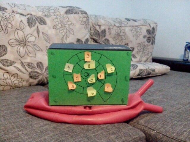 Lyukas labda felhasználás, a gyerekek kaptak egy feladatlapot(összeadás, kivonás), az eredménynek megfelelő cetlit levették és beragasztották a füzetükbe. Ha jól számoltak, akkor a végén a cetli másik oldalán lévő betűkből a nevüket olvashatták. Önellenőrzés!