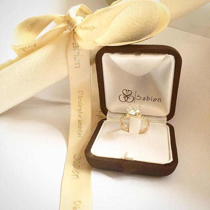 Focul pietrei vibrează cu focul tău interior, fiecare vorbindu-i celuilalt în cuvinte care îți însuflețesc zilele.  #iubeste #bijuterii #sabion #aur #alb #diamante #foc #live #love #life #fire #jewelry #jewelrylover #white #diamond #ring #romania #engagementring #cluj #bucharest #jeweler #jewellery #jewelrygram #jewelryaddict #instagood #instamood #instadaily #instalove   Bijuterii cu suflet manufacturate în România.