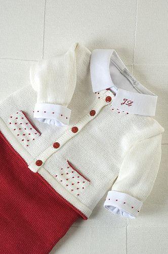 Conjunto tricô, bolso bolinha vermelha, com body bordado iniciais na gola.