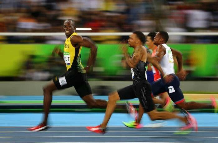 리우의 황금 미소 사진가 Kai Oliver Pfaffenba (독일) 세상에서 가장 빠른 인간인 볼트는 100미터 및 200미터에서 세계 신기록을 보유하고 있습니다. 리우 올림픽에서 100미터 준결승 경기에서 볼트가 앞서 달리면서 뒤따르는 선수들을 보고 미소를 짓고 있습니다.
