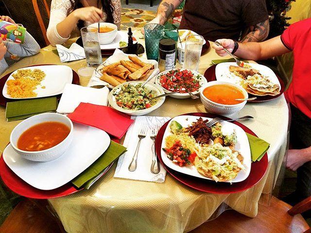 Feliz Navidad (eve)!!!!! The best Mexican feast with the familia and mi amor 👪👫 #feliznavidad #posole #posolerojo #flautas #picodegallo #tostadas #arroz #family #feast #ilovefood #xmaseve