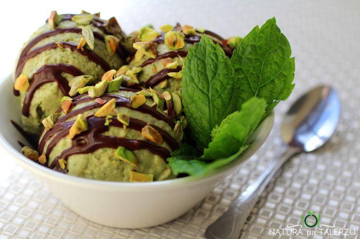 Wegańskie lody pistacjowo miętowe z sosem czekoladowym