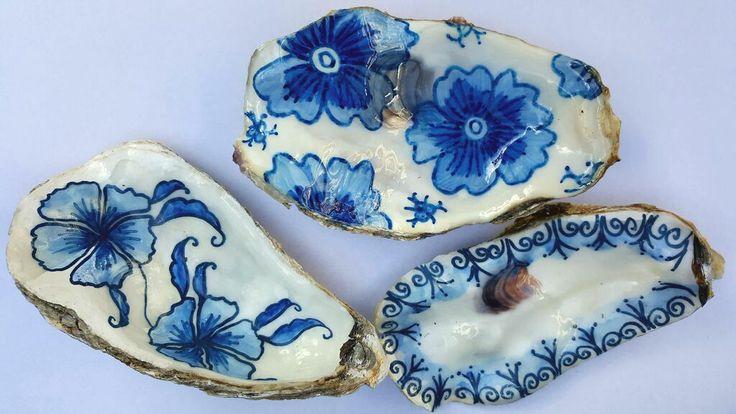 Handbeschilderde oesterschelpen in Zeeuws blauw door Dieuwke Parlevliet, unieke kunstwerkjes.