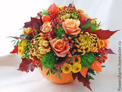 Купить или заказать Осенняя композиция в тыкве в интернет-магазине на Ярмарке Мастеров. Осенняя композиция в тыкве. Композиция из живых цветов. Композиция состоит из роз, кустовых и крупных хризантем, зеленой гвоздики, красных ягод, красно-коричневых листьев, физалиса, зелени. Композиция выполнена в настоящей тыкве.…