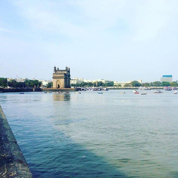 by @alay_kuznetsova #Gateway_Of_India #Mumbai В Мумбаи нас хватило на один день. Это совсем другая Индия из которой хотелось вернуться назад в тишину пляжей. Но какая там волшебная колониальная архитектура.