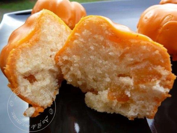 Pour 12 petites charlottes : 3 blancs d'oeufs 40 g de poudre d'amandes 120 g de sucre glace 40 g de farine 100 g de beurre Quelques gouttes d'extrait d'amandes amères quelques écorces d'oranges confites Pour le glaçage : 1 blanc d'oeuf 180 g de sucre...