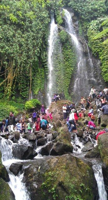 ayo main ke air terjun Jumog, di bawah Candi Sukuh. dua obyek berdekatan, asik banget l @blontankpoer