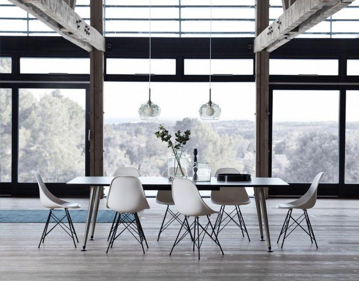salle manger moderne amnage avec une grande table rectangulaire en noir et alu et entoure - Salle A Manger Grande Table