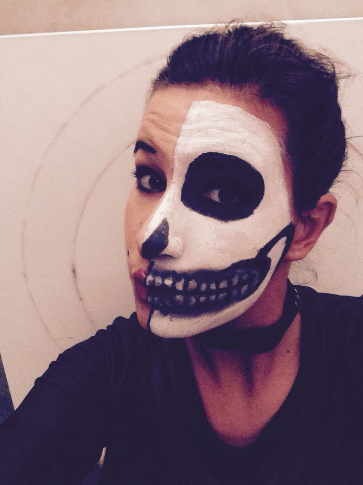 Makeup halloween -metà faccia normale, metà faccia scheletro-