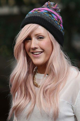 Ellie Goulding loves a beanie, and so do we. This look is adorable on her!