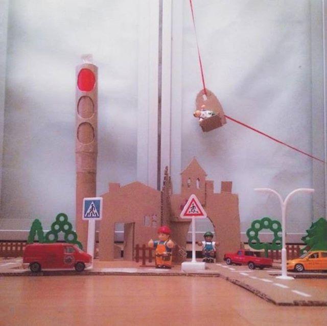 """А эта мастерилка уже от @stvsiv """"Пока ребёнок спал, в комнате вырос мини город  Даже со своей канатной дорогой все очень просто, коробка из под недавней игрушки, пара шаблонов из интернета, белая краска и полет фантазии. Кстати башня с красным светом это действующий светофор  большой, зато ребёнку с ним удобно обращаться! Делается легко: две трубочки из под бумажных полотенец, разных диаметров. На внутреннюю приклеила цвета в шахматном порядке, можно использовать самоклейку, но..."""