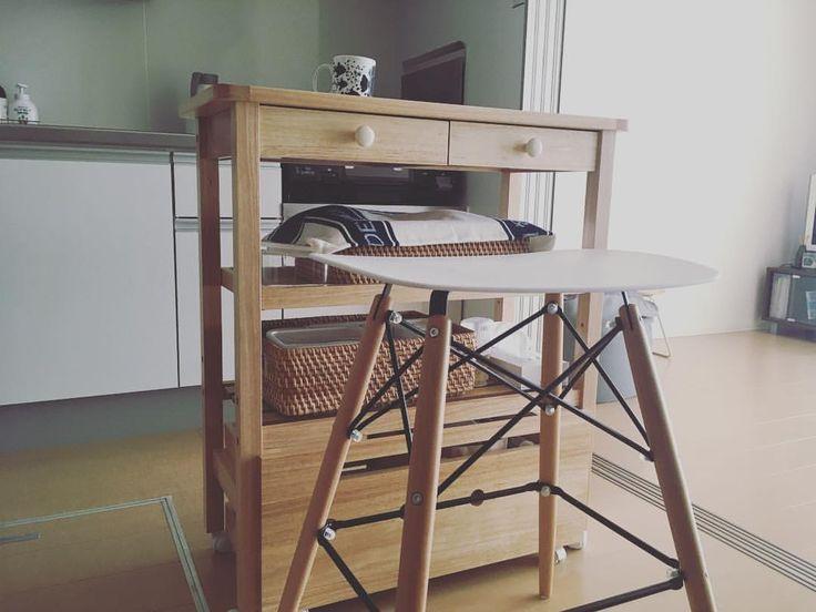 キッチンカウンター ・ テーブルを手放して以来、これがテーブル代わりになっていて、ここで食事したりしています。 チェアも買い替えました。 ・ 作業台兼、食器棚兼、テーブル。 一台三役、優秀です(*^^*) ・ みなさん、いつもいいねありがとうございます(*^^*) #minimalism #simplelife #simple #minimal #minimalist #minimallife #ミニマリスト #ミニマリストになりたい #持たない暮らし #シンプルライフ #シンプルな生活 #シンプルな暮らし