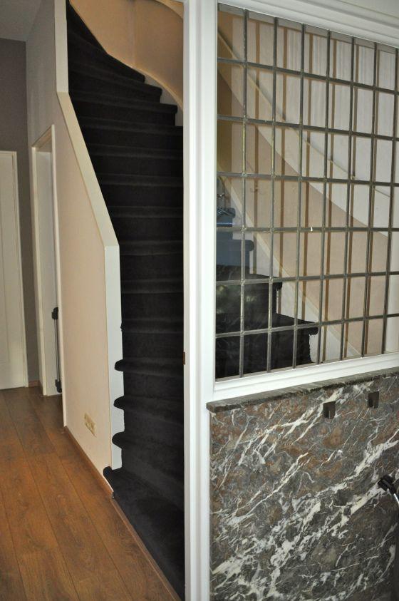 Antraciet trap erg mooi in combi met de warme kleur vloer hal entree vestibule stairs - Kleur schilderij entree corridor ...