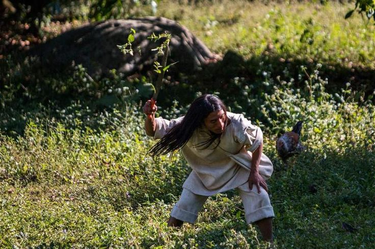 Los hombres se dedican al trabajo de la tierra para la agricultura y así proveer el alimento a sus familias.