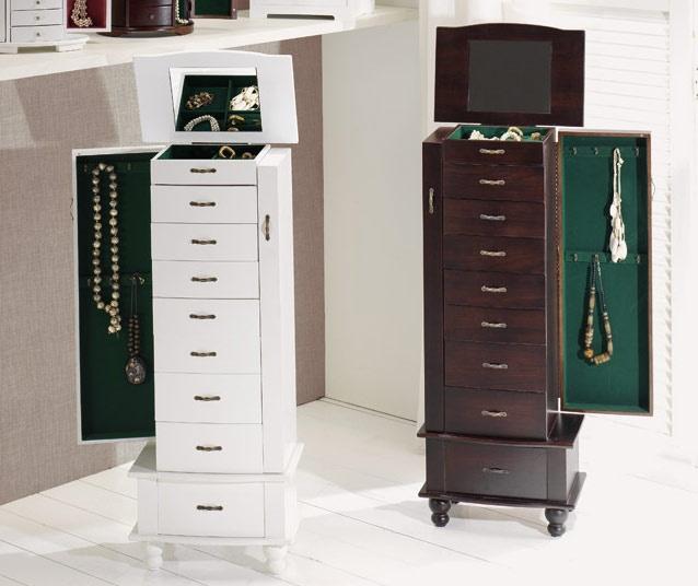 Mueble joyero de madera con ocho cajones y parte superior con compartimentos pensados para ordenar anillos y pendientes.  www.tatamba.com
