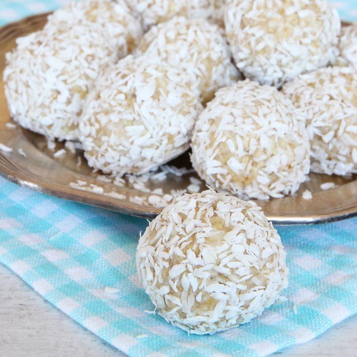 Underbara kokosbollar som är fyllda med vit choklad istället för kakao. Mums, vad goda de är!