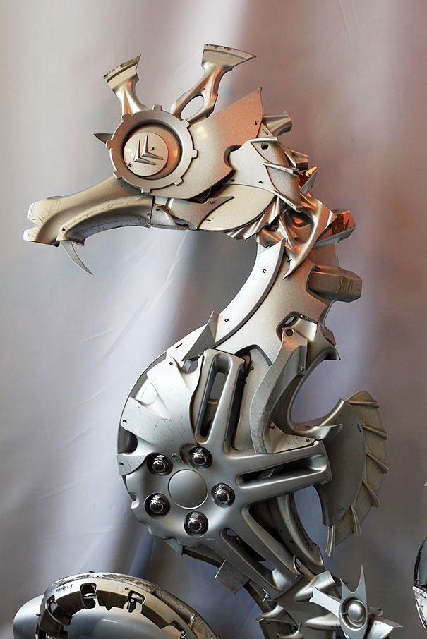 車のホイールカバーから生み出された動物の彫刻作品シリーズ「Hubcap Creatures」(http://www.hubcapcreatures.com/)