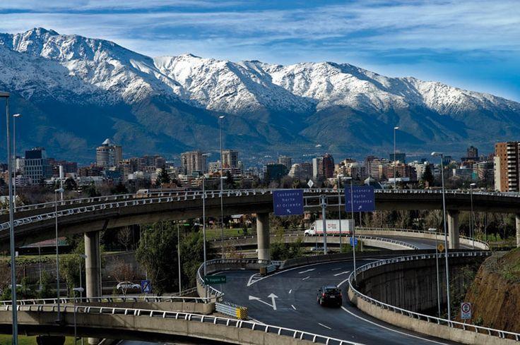 Santiago con la Cordillera de los Andes de fondo