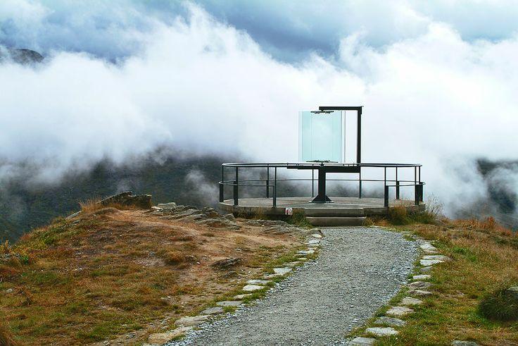 Nedre Oscarshaug ved Turtagrø. Utsiktsplass med plattform og siktekikkert av glass.    Foto: Nils Petter Dale