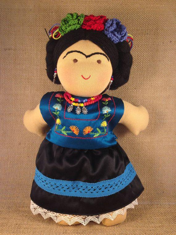 Esta Frida está hecha con materiales naturales como algodón y lana. Las facciones de la cara están bordadas a mano. Su huipil y su falda están hechos de seda pura, y bordado a mano con diseño de Juchitán Oaxaca, de dónde venían muchas de las prendas de la misma Frida. Trae calzones y
