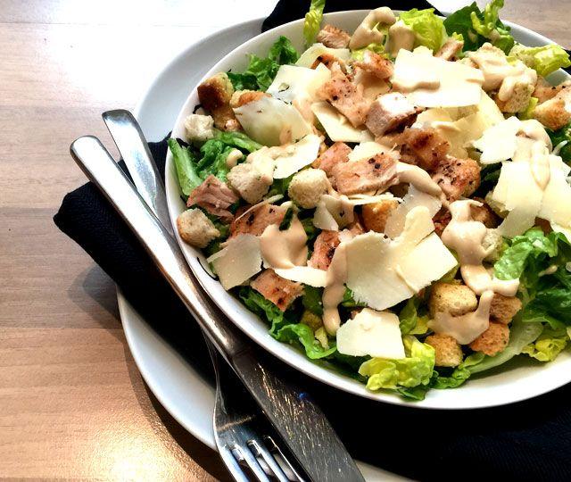 Caesar Salade met gegrilde kip. Een lekkere, frisse salade waarbij ik voor de…