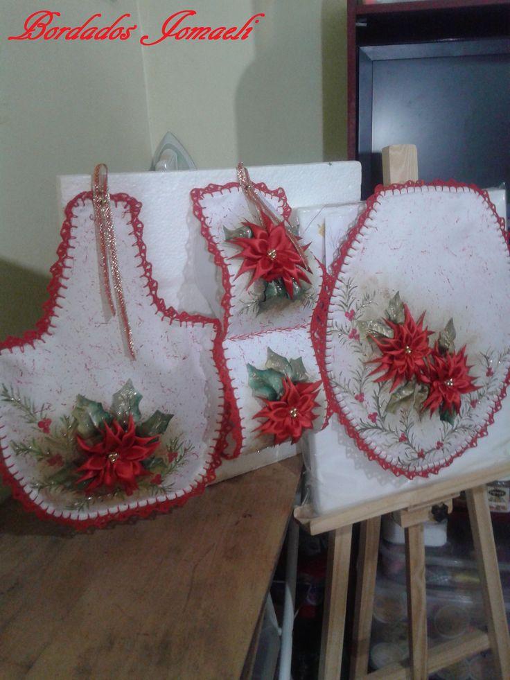 Kit de baño: realizado en tela de raso de novia Flores armadas en cinta de seda  Terminaciòn de contornos al crochet